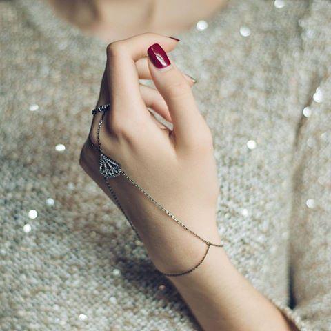 В Америке этот аксессуар назвали слейв-браслет - из-за отдаленной схожести его креплений с кандалами. У нас этот браслет именуется более романтически - Жади. В любом случае, украшение нежное и тонко подчеркивает красоту женского запястья🌿#kazka #kazkajewelry #jewelry #kazkajewelry_украшения