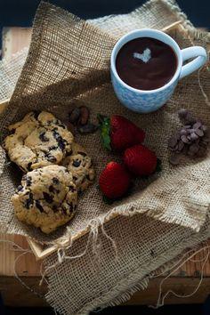 Hoy os traigo…. (redoble de tambores, fuegos artificiales y todo el bombo y platillo que os imaginéis): LAS MEJORES COOKIES DEL MUNDO MUNDIAL. Son una cookies tipo Starbucks, blanditas, con el chocolate fundido, que se deshacen en la boca y realmente deliciosas y adictivas. Avisados quedáis.El día que las hice, me vi obligada a probar …