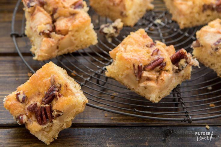 Deze appelcake met pecannoten is heerlijk voor bij de koffie of met een bolletje kaneelijs als dessert!