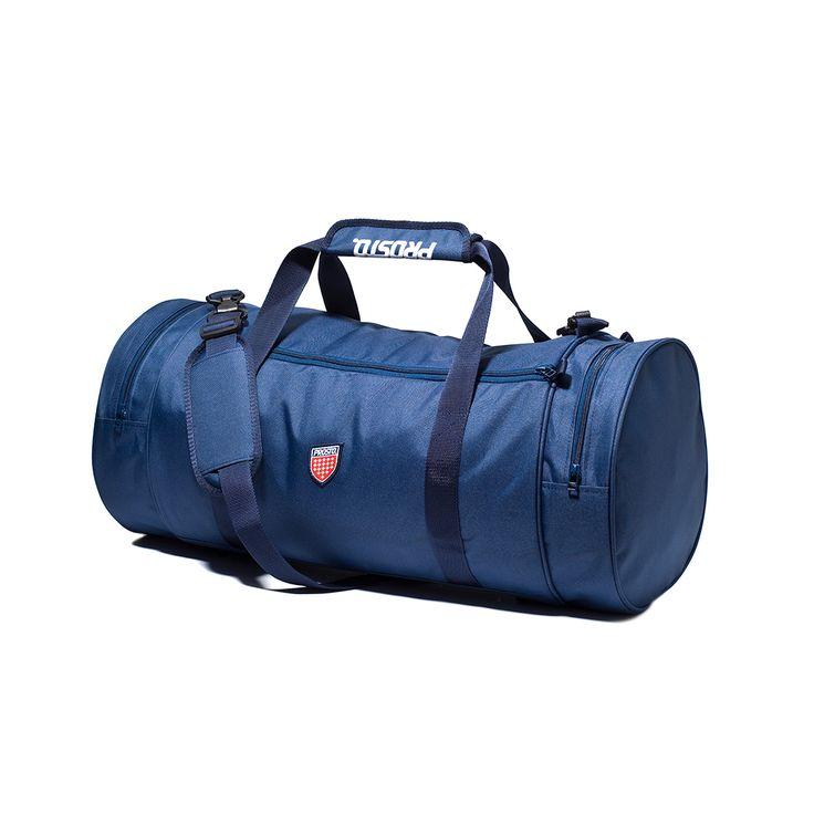 Torba sportowa KLASYK NAVY Wygodna i funkcjonalna klasyczna, miejska torba na co dzień. Na boku torby naszyta żakardowa tarcza. Wszystkie kieszenie zamykana na wysokiej jakości zamki. Wewnątrz torby znajduje się komora główna oraz jedna wewnętrzna kieszeń. Torba posiada regulowane, długie ramię i dwa dodatkowe uchwyty zapinane na zadrukowany rzep. Wysoka odporność i wytrzymałośc materiału oraz klamr.