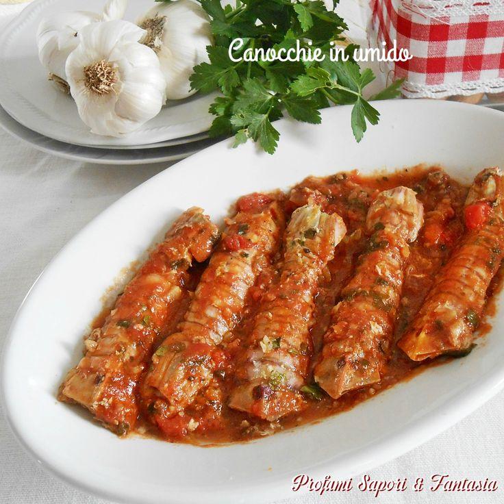 Canocchie in umido, un secondo di pesce facile e gustoso, si serve, a piacere, con fette di pane casereccio abbrustolito posto sul fondo del piatto.
