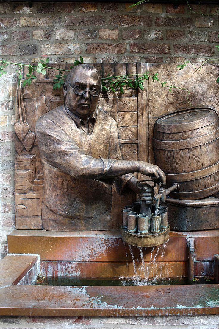 Lommi-Brunnen im Biergarten des Hauses