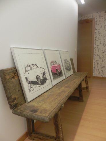 En el pasillo banco antiguo y cuadros del artista navarro Gonzalo Nicuesa.