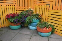 recycle_tires_garden: Privacy Fence, Good Ideas, Pallets Wall, Old Tired, Flowers Pots, Recycled Tired, Wood Pallets, Tired Planters,  Flowerpot