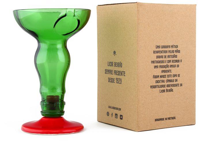 Bastou a inconfundível garrafa de Licor Beirão e as sábias mãos de um artesão português para que nascesse este copo de cocktail Licor Beirão. Este copo é ideal