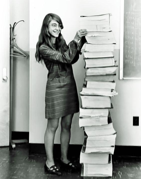 (Foto: NASA) Margaret Hamilton era diretora da Divisão de Engenharia de Software do Laboratório de Instrumentação do Instituto de Tecnologia de Massachussets, o MIT. O nome de seu cargo só não é maior que a pilha de códigos que ela exibe orgulhosa na foto de 1968. É a versão escrita do software que permitiu que a Apolo 11 pousasse no nosso satélite natural.