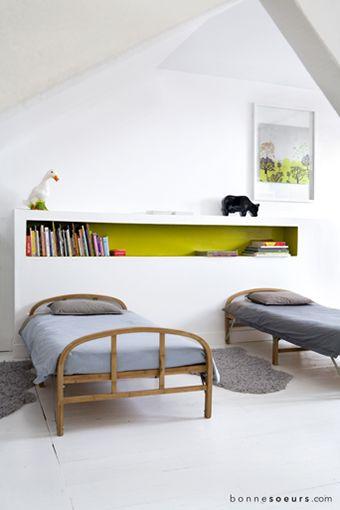 bonnesoeurs decoration le grenier s emancipe 03 lit pliant petit pan tete de lit maconee niche coloree