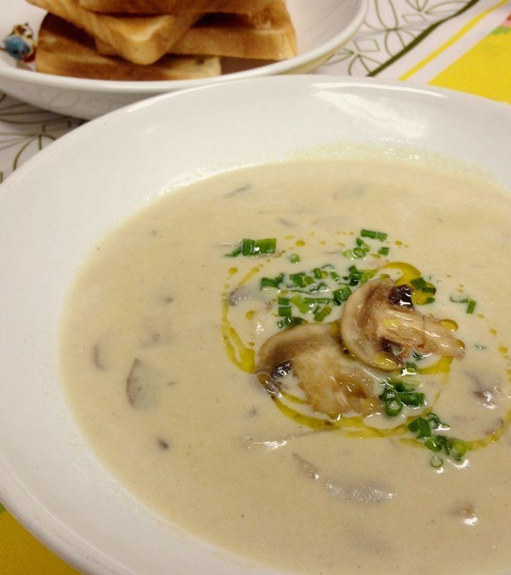 Sopa Cremosa de Cogumelos Paris Frescos para esquentar nesse friozinho. Receita fácil, rápida e prática de fazer. Sirva com pão de forma na tostadeira.