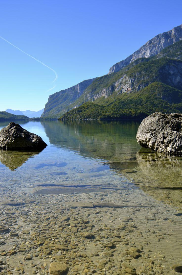 Le acque trasparenti del Lago di Molveno hanno ricevuto il più importante riconoscimento di Legambiente: Le 5 vele blu