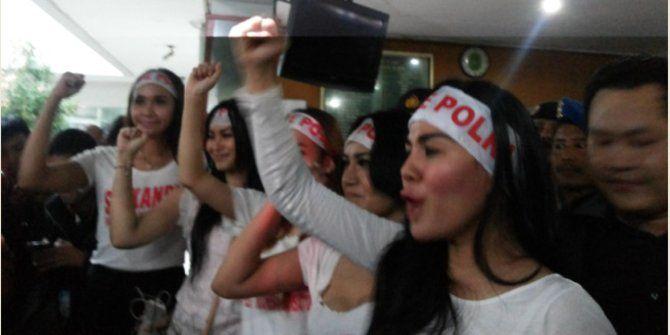 Di tengah berlangsungnya sidang praperadilan Komjen Budi Gunawan di Pengadilan Negeri Jakarta Selatan, sejumlah wanita cantik yang tergabung dalam Srikandi Pekat Indonesia melakukan aksi unjuk rasa. Mereka aksi mendukung Komjen Budi Gunawan dan Polri...