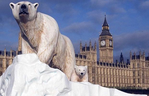 A polar bear stranded on an iceberg floated down the Thames.