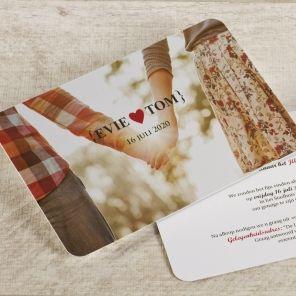 Val op met deze mooie foto trouwkaart. Het is in één oogopslag duidelijk wie er gaat trouwen | Tadaaz #uitnodiging #trouwkaart #huwelijk #foto