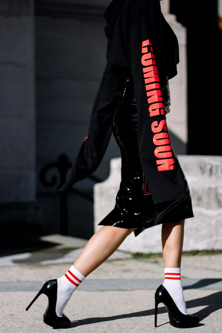 Sudadera de Vetements y zapatos Saint Laurent. | Galería de fotos 2 de 19 | VOGUE