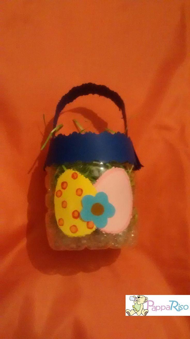 Un cestino pieno di ..... Fatto con la parte inferiore della bottiglia di plastica e cartoncini colorati.  A box full of .... bottom part of a plastic bottle + colored sheets