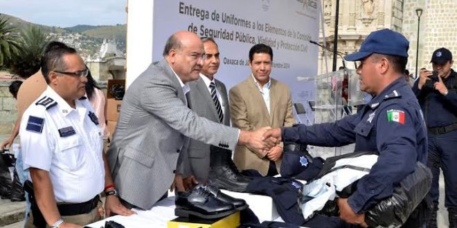 Oaxaca Digital | Villacaña entrega 2 mil 200 uniformes a corporaciones de seguridad
