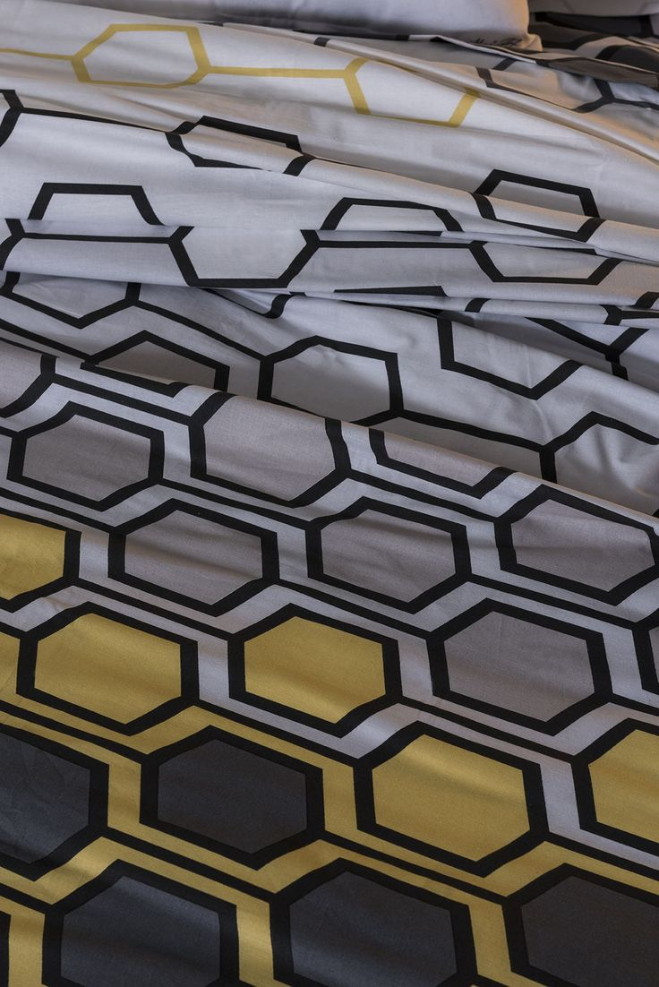 Tu dormitorio necesita adaptarse a la nueva estación, y no hay color que refleje mejor el otoño que el amarillo, que en esta colección se convierte en el gran protagonista, irradia energía y confort rodeada por el aura del arte aunque también de muchos elementos que se inspiran en los detalles más cotidianos de la naturaleza.