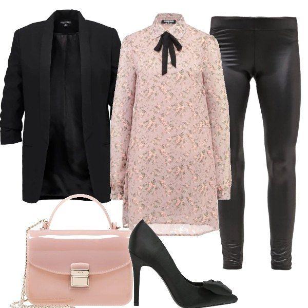 Mini abito fantasia floreale con fiocco al collo, leggings neri vita bassa, blazer nero con collo a scialle, décolleté nere con fiocco e tacco a spillo, tracollina rosa Furla.