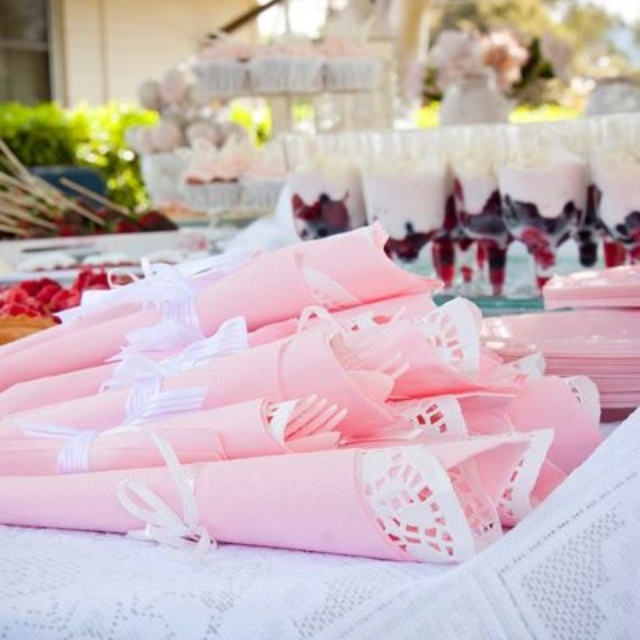 garfo e faca embrulhados em guardanapo para enfeitar as mesas!