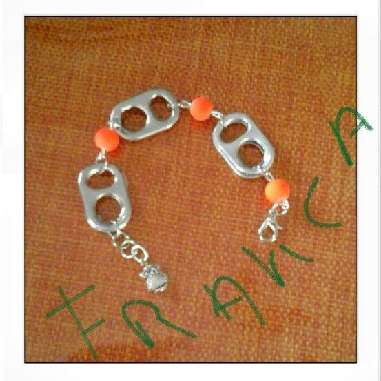 Braccialetto con linguette di lattine e perle in plastica fluorescente arancioni, ciondolo gufetto
