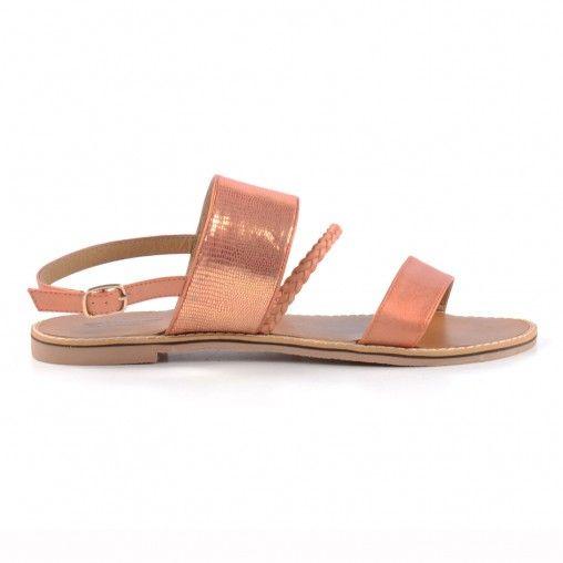 Soepele leren dames sandalen met rubber zool. De wreefband heeft een roze metallic look, er loop een kleine gevlochten bandje voor . Sluiting doormiddel van zilveren gesp op de enkel.