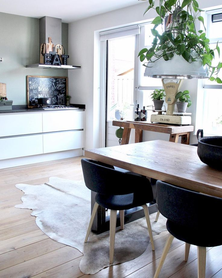 Aranżacja otwartej kuchni z jadalnią z drewnianą podłogą