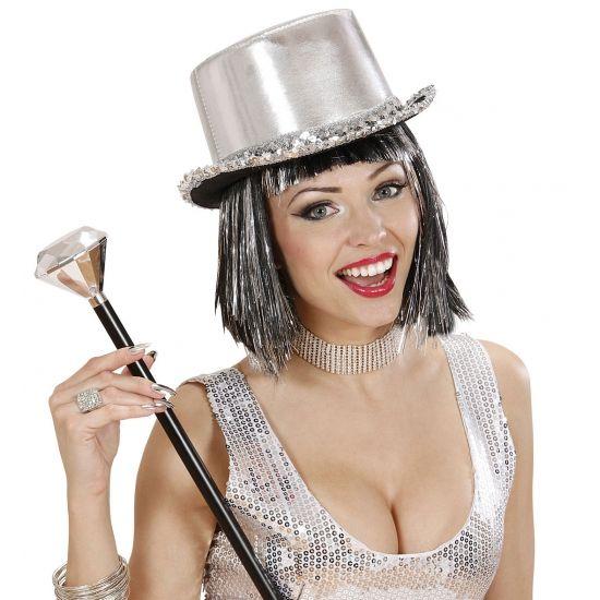 Zilveren hoge hoed voor volwassenen. Deze zilveren hoge hoed met pailletten beslag is geschikt voor zeer veel verschillende thema feesten. De rand van deze bling hoed is zwart en is afgezet met zilveren pailletten.