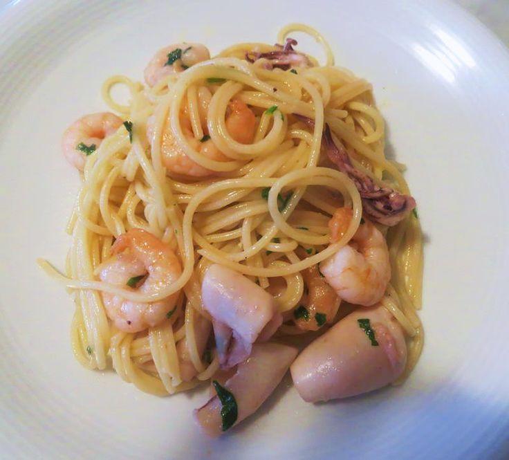 I gamberi e i calamari vengono semplicemente saltati con poco olio appena aromatizzato d'aglio, sfumati con un goccio di vino bianco e profumati con prezzemolo tritato. Una preparazione rapida ed essenziale per donare a questi spaghetti un intenso sapore di mare. Un piatto ideale per una cena a base di pesce, magari da servire prima di una Crema di scalogno con mazzancolle e calamari al vapore di Gewurztraminer.