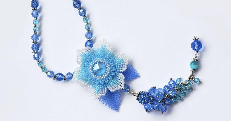 Пора готовиться к лету и поэтому я предлагаю вашему вниманию мастер-класс по изготовлению колье или кулона «Summer Blue» с использованием кристалла Swarovski цвет которого так и называется «Summer Blue» — летний синий. Список материалов. Для самого цветка нам потребуется: 1. Риволи 14 мм — 1шт. 2. Бисер Delica буквально 1 гр. для оплетения риволи. 3. Бисер 15/0, двух цветов по 5 гр. 4.