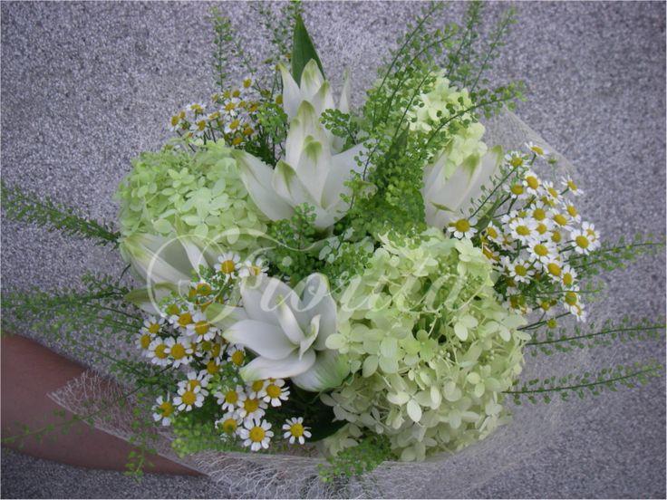 Bílá kytice z hortenzíí a heřmánků