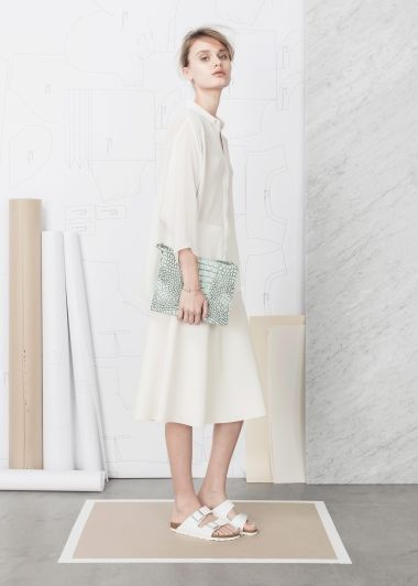 Roomy shirtdress and pastel clutch.