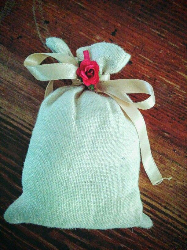 Sacchetto porta confetti di lino e rosa
