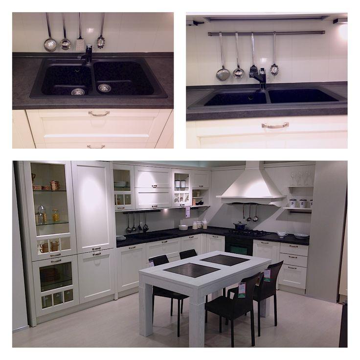 Cucina della SME coi lavelli neri