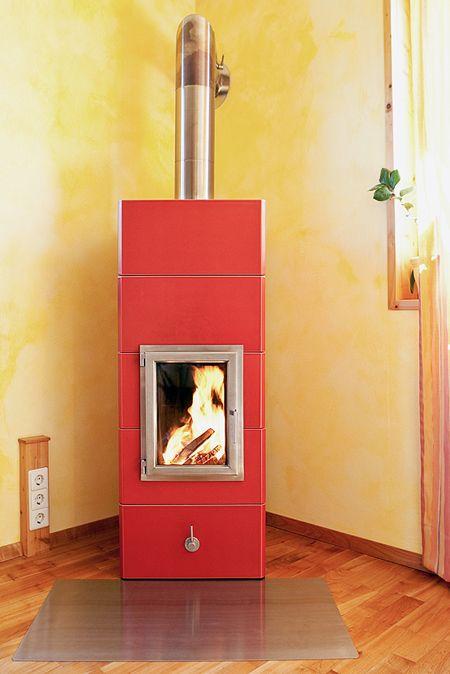 Design Grundofen SOSTRA 5, 5 Reihen hoch in Glasur Bordeaux mit Edelstahl-Feuertüre und Edelstahl Rauchrohr auf Kundenwunsch