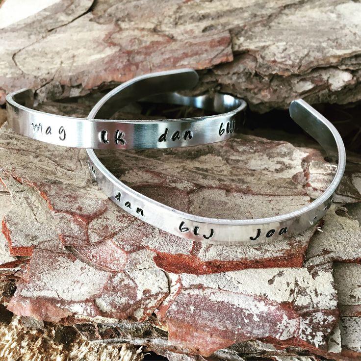 Handgestempelde metalen verstelbare armband met tekst naar keuze (hier is gekozen voor 'Mag ik dan bij jou...') €10,00