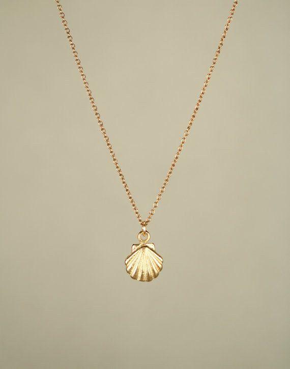 This marvellous seashell necklace. | 17 Tiny Necklaces That Are Too Cute To Function                                                                                                .....Schmuck im Wert von mindestens   g e s c h e n k t  !! Silandu.de besuchen und Gutscheincode eingeben: HTTKQJNQ-2016