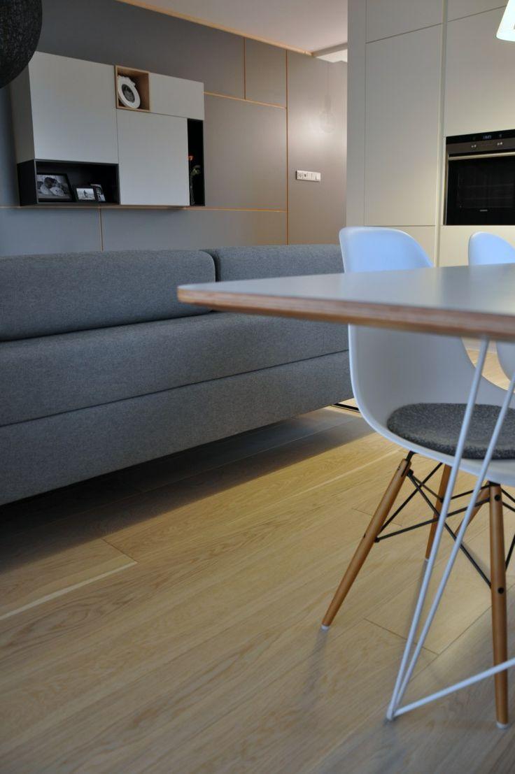 Nowoczesne meble + tradycyjna dębowa podłoga = przepis na piękne wnętrze!