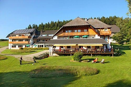 Den Schwarzwald von seiner schönsten Seite genießen  In unserem familiengeführten Hotel mit 16 Zimmern und 30 Betten finden Sie sowohl Ruhe und Erholung als auch Sportliches und nicht zu vergessen viel Spaß und Freude. Wir liegen im Ferienland Schwarzwald, welches viele Veranstaltungen bietet und mit der Schwarzwald-Gästekarte KONUS-Plus einmalige Möglichkeiten eröffnet.