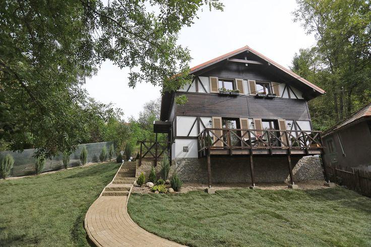 Aleea care duce la casa amenajata rustic respecta stilul arhitectural si este pavata cu modelul premium Antico D2, culoare alb-crem: rustic, deosebit si cu o suprafata originala.