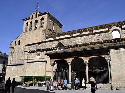 Catedral de Jaca  La catedral de Jaca está considerada como uno de los templos más importantes del primer románico español. Su construcción a partir de 1077 por orden del rey Sancho Ramírez está estrechamente vinculada a la propia fundación de la ciudad y la concesión de los fueros que le permitieron crecer y desarrollarse como pujante centro comercial en la ruta del Camino de Santiago.