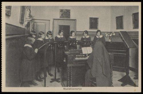 Het muziekkamertje van het rooms katholieke Maagdenhuis Spui 21. Uitgave Brinio, Rotterdam. kaart ca 1920 Collectie Stadsarchief Amsterdam #NoordHolland #Amsterdam #wezen #katholiek