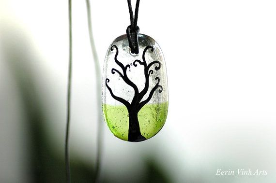 Tree of life on transparant and green glass, tree jewelry! This artist also makes paintings and illustrations! you can find her work on this website: eerinvink.etsy.com