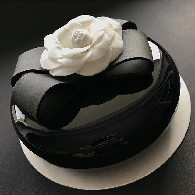 WEBSTA @ glanez_cake - CHANEL style  The Cake.Побить рекорд предыдущего фото по количеству лайков будет не просто, но надеюсь этот торт вам понравится не меньше!Доброе утро, Друзья!!!Декор: зеркальная глазурь, сахарный цветок.