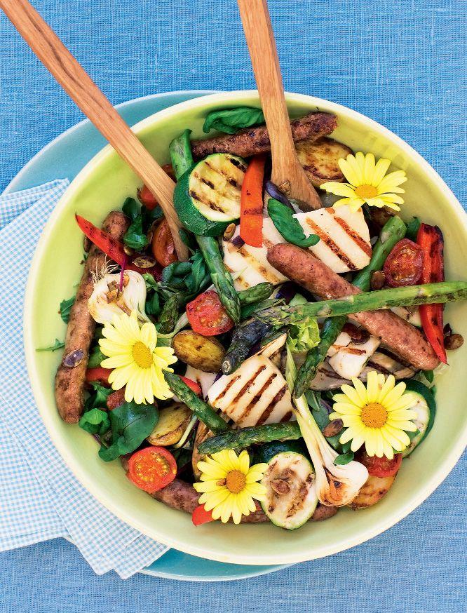 Sallad med grillade grönsaker, kryddig korv och halloumi  4 personer  Grilla eller ugnsbaka dina favoritgrönsaker och blanda i en härlig sallad med smakrik korv och salt halloumiost. Matvete,...