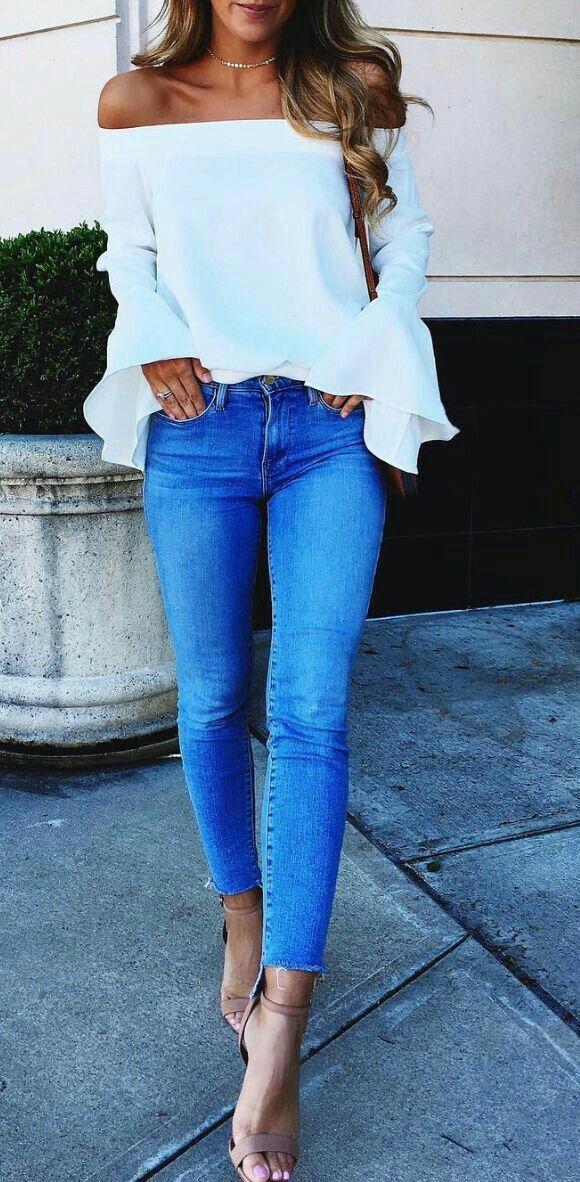 Para salir..  Linda y arreglada.  Jeans, blusa shoulder sin hombros manda larga y zapatilla