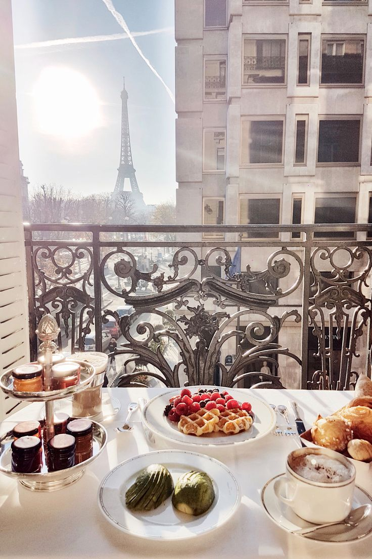 Breakfast with a view | Paris, Plaza Athénée, http://www.ohhcouture.com/2016/12/victoriass-secret-show-paris/ #ohhcouture #LeonieHanne