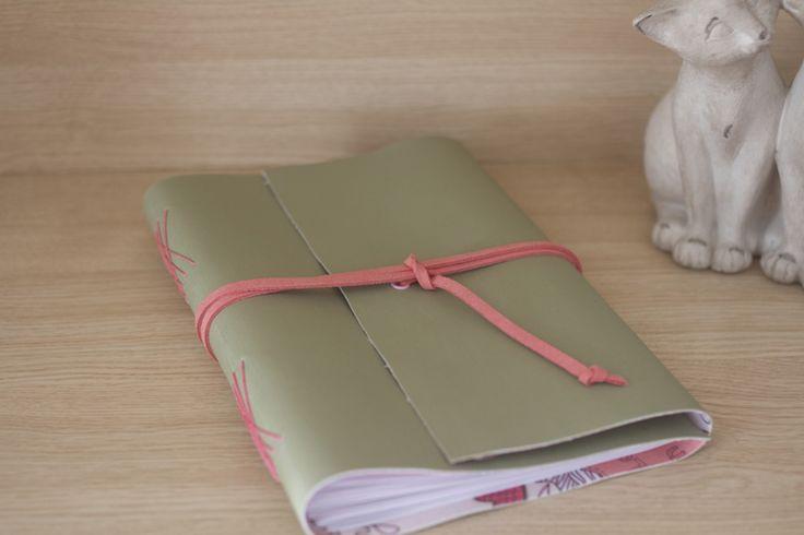 Agenda em couro ecológico com forração em tecido 100% algodão na parte interna. Miolo em papel off-set 90g. Costura manual artística com linha encerada. Fecho com tira de couro macio.