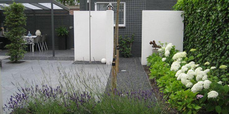 Kleine moderne achtertuin.
