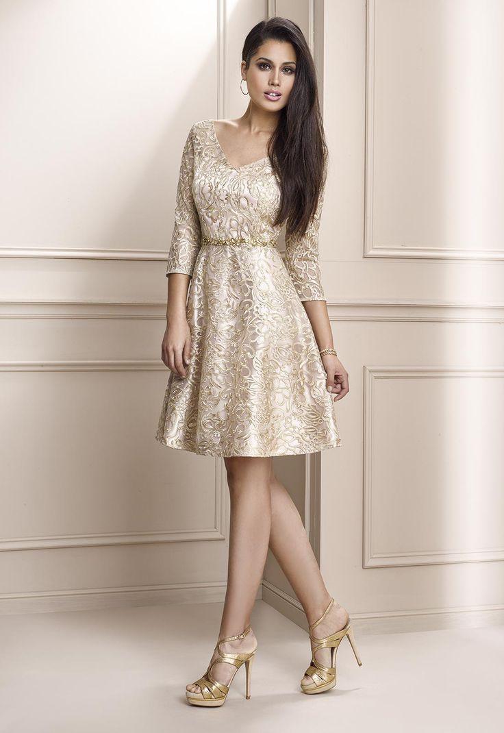 Vestido de fiesta corto en encaje fantasía con escote pico, manga francesa y falda de vuelo, disponible en oro y rosa