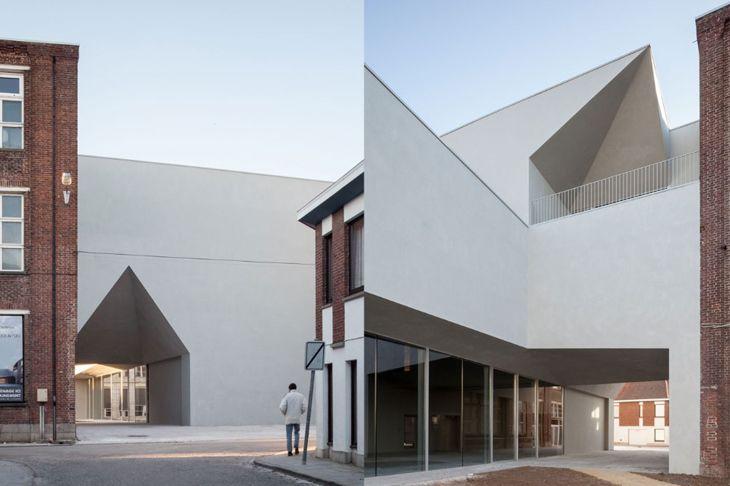 Tournai'de bulunan Université Catholique de Louvain'ın Mimarlık Fakültesi binası için hazırladığı yeni eklenti ile Aires Mateus, mevcut yapılar arasında bir bağ kurabilmeyi başarıyor.
