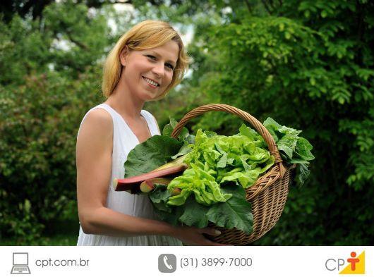 Se você é do tipo que não abre mão de uma alimentação saudável, adora alimentar-se de verduras frescas nas refeições e, ainda, encara os trabalhos manuais como uma terapia, então você não pode deixar de fazer a sua própria horta. Agrião, rúcula, espinafre, azedinha, escarola e couve, por exemplo, são algumas verduras facilmente cultivadas em ambientes domésticos. Elas necessitam de poucos cuidados e podem, ainda, ser cultivadas sem o uso de agrotóxicos. Então, saiba mais sobre os benefícios…